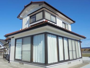 福喜 外壁塗装高対候性塗料で、屋根の色と調和した白基調の明るい外観に☆