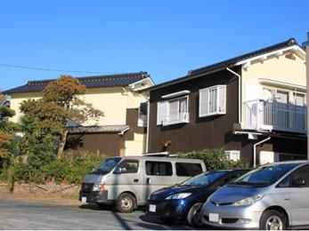 2世帯の2棟をツートーンカラーでつながる外壁リフォーム