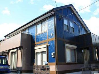 屋根も外壁も手塗りでピカピカ!紺色が目を引く鮮やかな外観に