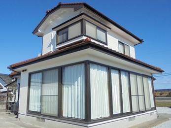 高対候性塗料で、屋根の色と調和した白基調の明るい外観に☆